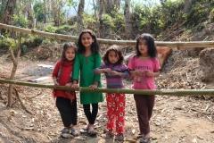 Für die hier lebenden Kinder gehören die täglich vorbeikommenden Wanderer zum Leben dazu