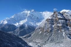 Am Morgen blicken wir aus dem Fenster unseres Zimmers und überwältigt vom Bergpanorama, das vor uns liegt