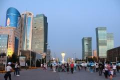 Wolkenkratzer säumen die Fußgängerzone in Astana