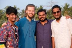Cousin Akhil, Siva und Vijay posen mit Sebastian für's Foto