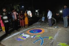 Ebenfalls zu Sankranthi werden tolle Bilder aus buntem Sand und Pulver vor dem Haus gemalt, Nachbarn treten dabei gegeneinander an, denn am Ende gibt es einen Gewinner. Wer die Jury ist, haben wir leider nicht raus bekommen.