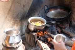 Neben Gasflammen wird auch auf Holz gekocht...