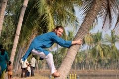 Was bei Akhil so einfach aussah, ist es in Wahrheit nicht... Gar nicht so leicht, auf eine Kokospalme hochzuklettern. Und runter muss man ja auch wieder sicher kommen...