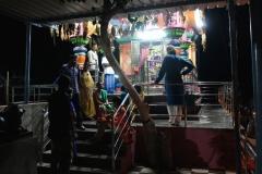 Nach einem schönen Tag stoppen wir bei einem hinduistischen Tempel, an dem einige Familienangehörige beten, während andere mit uns gemeinsam davor warten