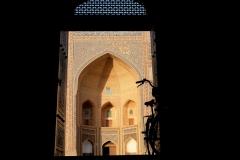 Gegenüber der Madrasa liegt die Kalon-Moschee, die wir ebenfalls besucht haben (hier: Blick durch den Ausgang auf die Mir-Arab-Madrasa)