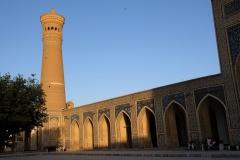 Im Innenhof der Moschee mit Blick auf das Minarett