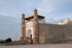"""Buchara gefällt uns mit seinen vielen historischen Gebäuden, die mehrheitlich gut erhalten sind bzw. restauriert wurden. Hier der """"Ark"""", die von massiven Festungsmauern umgebenen Zitadelle."""