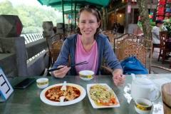 Bevor wir uns in Dujiangyan ins Getümmel stürzen, stärken wir uns erstmal mit Tofu und Bambus, einer der hiesigen Spezialitäten