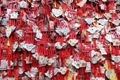 Viele Wünsche werden auf kleine Holzschildchen geschrieben und am Tempel aufgehängt
