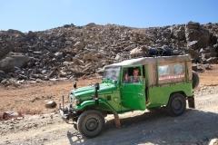 Im grünen Jeep beginnt die Fahrt. Während Leo Fotos macht, warte ich lieber im Auto.