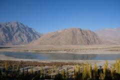 Nach sechs Tagen im Hotel fühlen wir uns fit genug für einen Stadtbummel. Wir werfen einen Blick auf den Indus, der hier in aller Ruhe vorbeifließt.