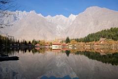 Am Nachmittag vor unserer Abfahrt machen wir einen Ausflug zum Shangrila-See, in dem sich die Landschaft wie ein Scherenschnitt spiegelt