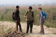 Gemeinsam mit zwei jungen Guides erkunden wir im Süden Nepals für einen Tag lang den Chitwan Nationalpark. Vieles wird uns erklärt, u.a. auch die Hinterlassenschaften der hier lebenden Tiere