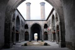 Innenhof der Çifte-Minare-Medrese, laut Fesih wurden von dem einen Minarett früher die schlechten Schüler runter geschubst. Wir sind uns nicht sicher, ob das wirklich stimmt?!