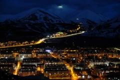 Erst bei Nacht sehen wir, wie weit sich die Straße in die Berge schlängelt