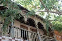 Ein Blick nach oben zeigt uns noch schöne alte Häuser in Hotan