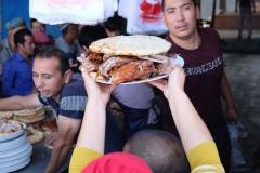 Eine Glückliche hat eine große Portion Fleisch ergattert