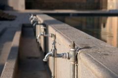 Am Wasserbecken können sich die Gläubigen vor dem Gebet waschen