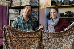 Der Verkäufer und das Hochzeitsgeschenk auf dem Erinnerungsfoto