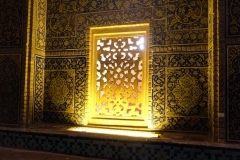 Das Seitenfenster im Gang strahlt im Sonnenlicht golden