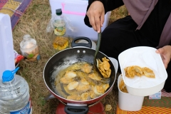 Pakoda werden auf dem Campingkocher frittiert...