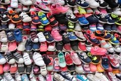 Draußen werden Kinderturnschuhe verkauft