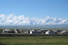 Am 28. Juni abends erreichen wir Kirgistan. Es ist bereits dunkel, kühl und es regnet. Spontan entscheiden wir uns um und stoppen für eine Nacht in einem luxuriösen kleinen Homestay in dem Städtchen Sary Tasch, bevor wir am nächsten Tag in Richtung Jurtencamp aufbrechen wollen. Als wir am kommenden Tag aufwachen, bietet sich uns ein einmaliges Bergpanorama! Bis gestern noch waren wir auf der anderen Seite der Berge in Tadschikistan, aber nun sind wir hier, in Kirgistan!