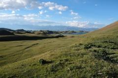 """Bergidyll auf 3.500 Metern, für uns geht es nach Tadschikistan endlich wieder """"bergab"""", für Kirgistanreisende jedoch steil hinauf."""