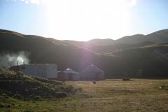 Unsere knurrenden Mägen treiben uns zurück ins Camp, wo auch schon ein Feuer brennt. Zum Abendessen gibt es Plov, Reis mit Gemüse und etwas Fleisch.