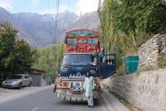 Wir bevorzugen diese Mitfahrgelegeheit. Die pakistanischen Lastwagen sind echte Hingucker!