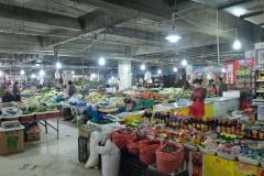 Am letzten Tag finden wir zufällig einen Gemüsemarkt, der in einer Tiefgarage stattfindet
