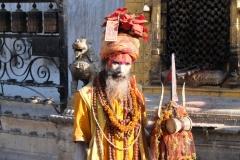 Und auch ein Sadhu, ein heiliger Mann im Hinduismus, zeigt sich