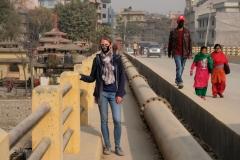 Kathmandu ist nicht gerade ein Luftkurort, zum ersten Mal überhaupt kaufen wir uns eine Atemmaske, um uns vor der extrem versmogten und verstaubten Luft zu schützen