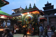 Am Durbar Square Kathmandus werden Kerzen entzündet