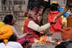 Wir kommen einen Tag nach dem großen Fest Shivaratri und immer noch sind viele Sadhus vor Ort, die extra aus Indien angereist sind und die wie ihre nepalesischen Kollegen vor allem von Gaben leben.