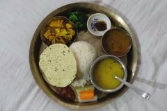Dal Bhat ist das nepalesische Nationalgericht, dss hier dreimal täglich gegessen wird. Dal (Linsen) und Bhat (Reis) wird zusammen mit Curry, sauren Pickles, Papad und oft auch Joghurt gereicht.