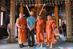 Heute wird der kambodschanische Tempel eingeweiht und die Mönche sind bestens gelaunt und gerne zu einem Foto bereit