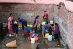 Auch in Tansen gibt es eine zentrale Wasserstelle im Viertel, in der Kleidung und Haare gewaschen werden und in Kanistern Wasser für zu Hause abgefüllt wird.