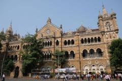 """Am Bahnhof """"Chhatrapati Shivaji Maharaj Terminus"""", kurz einfach """"Mumbai CST"""" kommen wir an. Der Bahnhof gehört zu den größten und wuseligsten der Welt und wurde 2004 als UNESCO-Weltkulturerbe ernannt."""