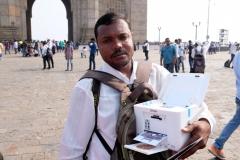 Vor dem Gateway of India sind die Fotografen im Einsatz, die gegen Geld Aufnahmen von Familien, Pärchen und Freundesgruppen machen und ihnen das Bild im Anschluss direkt auf ihrem mobilen Drucker ausdrucken