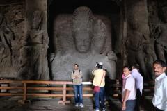 ...staunen wir drinnen über die überlebensgroße Trimurti-Skulptur.