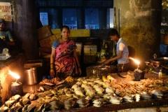 Nach fast zwei Stunden Rückreise kommen wir endlich in Kalyan an und freuen uns über den stimmungsvoll beleuchteten Fischverkaufsstand