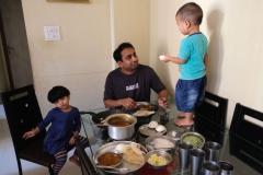 Dieses Mal dauert das Frühstück lange, denn viele Füllungen und Saucen müssen vorbereitet werden. Klein-Aarush beobachtet das Treiben vom Tisch aus.
