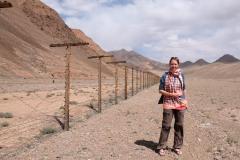 Auf dem Weg nach Karakol fuhren wir viele Kilometer entlang des Grenzzauns zu China