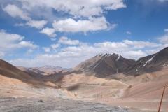 Blick zurück auf die Pamir-Hochebene. Unten sieht man die beiden Radlerinnen als kleine Punkte.