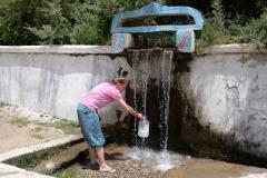 Fürs Spülen und Waschen füllen wir uns an einer Quelle Wasser ab