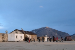 Bulunkul am Abend. Nachdem die Arbeit des Tages erledigt ist, treffen sich die Kinder des Dorfes für eine Partie Volleyball.