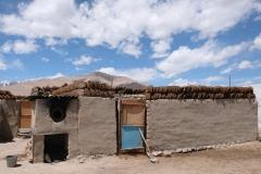 Auf einem Hausdach im Ort wird Kuhdung getrocknet, der später zum Kochen und Heizen Verwendung findet