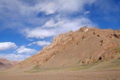 Leuchtende Felsen und ein tiefblauer Himmel begleiten uns auf dem Pamir-Plateau