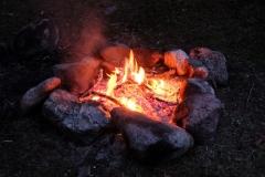 Bevor wir uns in unsere eiskalten Schlafsäcke legen, tanken wir noch die wohlige Wärme des Feuers
